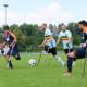 4 Amputierten Fußballspieler auf Krücken beim Spiel auf einem Rasenplatz