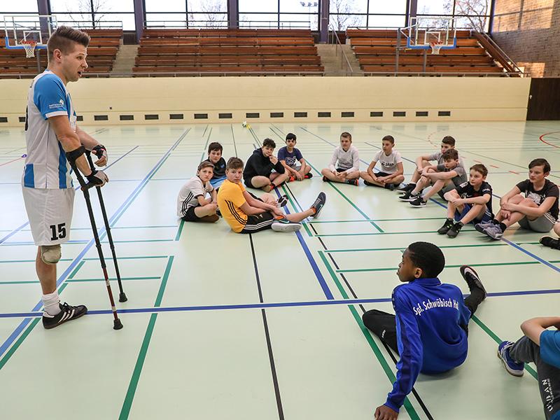 Christian Heintz mit jungen Fußballspielern