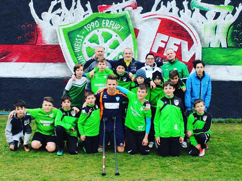 Gruppenbild der Jugendmannschaft Grün-Weiß Erfurt mit Christian Heintz