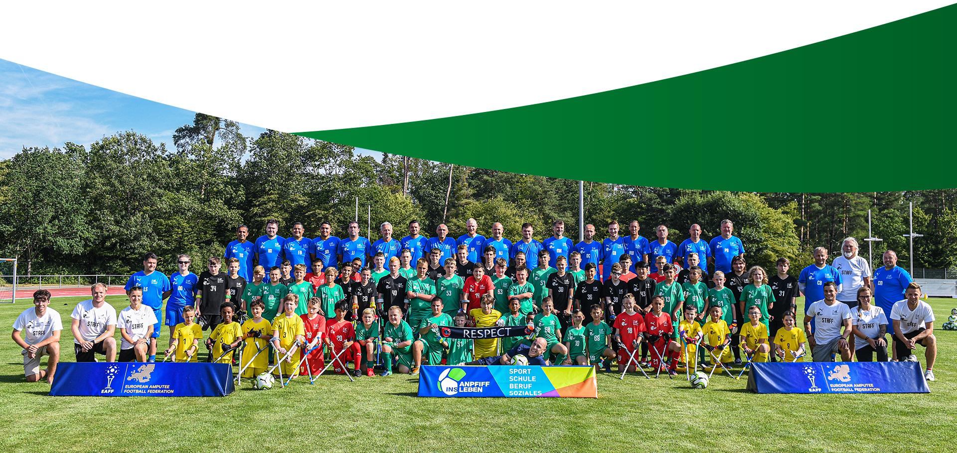Abschlußbild Modellprojekt : Gruppenbild vom europäischen Juniorcamp mit 65 Jugendlichen amputierten Teilnehmern im Fußballstadion