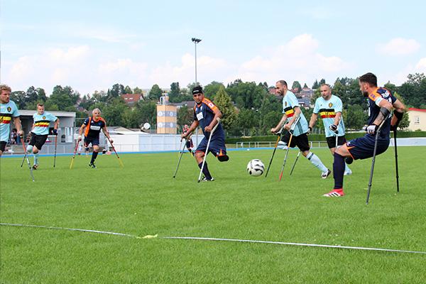 Turnier Spielwochenende Hoffenheim, Amputierten Fußballspiel mit Krücken auf einem Rasenplatz
