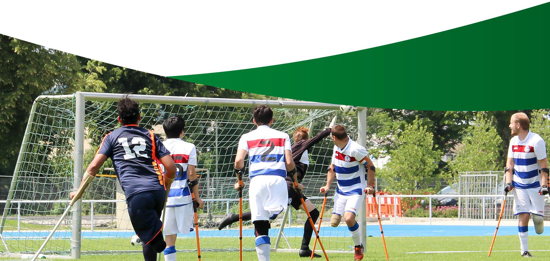 Abschlußbild Turniere: Amputierten Fußballmannschaft beim Spiel aufs Tor. Der Torwart erreicht gerade noch den Ball am Torpfosten