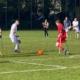 Zwei amputierte Fußballer auf Krücken im Zweikampf um den Ball auf Rasen