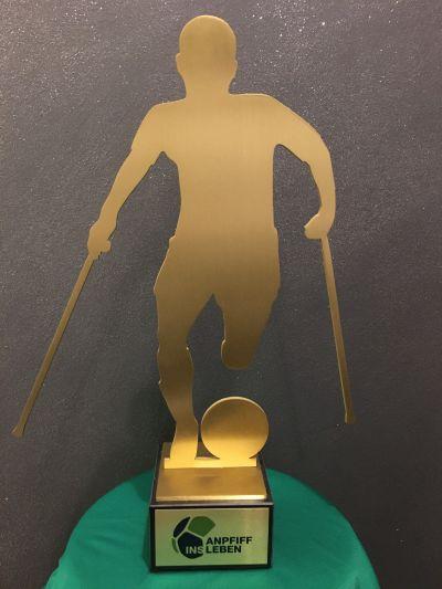 Pokal Amputierten-Fußball mit Plakette Anpfiff ins Leben